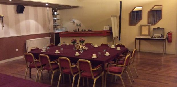 Kleine zaal met bar